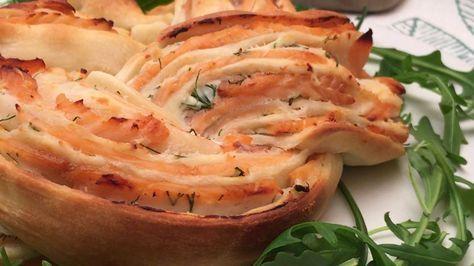 Couronne au saumon fumé, aneth & fromage frais  un pliage très gourmand ! Ingrédients RICOTTA 150 G ANETH CRÈME LIQUIDE 50 ML PÂTE A PIZZA 1 SAUMON FUMÉ 6 TRANCHES Recette Mélanger la ricotta, l'aneth et la crème. Étaler ce mélange sur une pâte à pizza. Répartir les tranches de saumon sur la crème. Rouler la pâte sur elle-même. Couper le rouleau de pâte en 2 dans le sens de la longueur. Enrouler les deux morceaux de façon à former une tresse. Enfourner à 190° C pendant 25 minutes. Déguster…