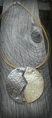 Κολιέ κοντό με μέταλλα αλπακά,μπρούτζο και χαλκό σφυρηλατημένα περασμένο σε χρυσά συρματάκια | myartshop