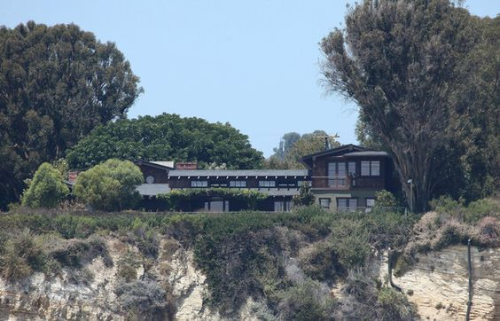 Two adjacent lots were demolished to give more space for Julia Roberts's dream house. Their extra-large home, which has a tennis lawn and an exclusive access to the beach, resides at the clifftops of Malibu and has a clearly fantastic view of the Pacific Ocean.