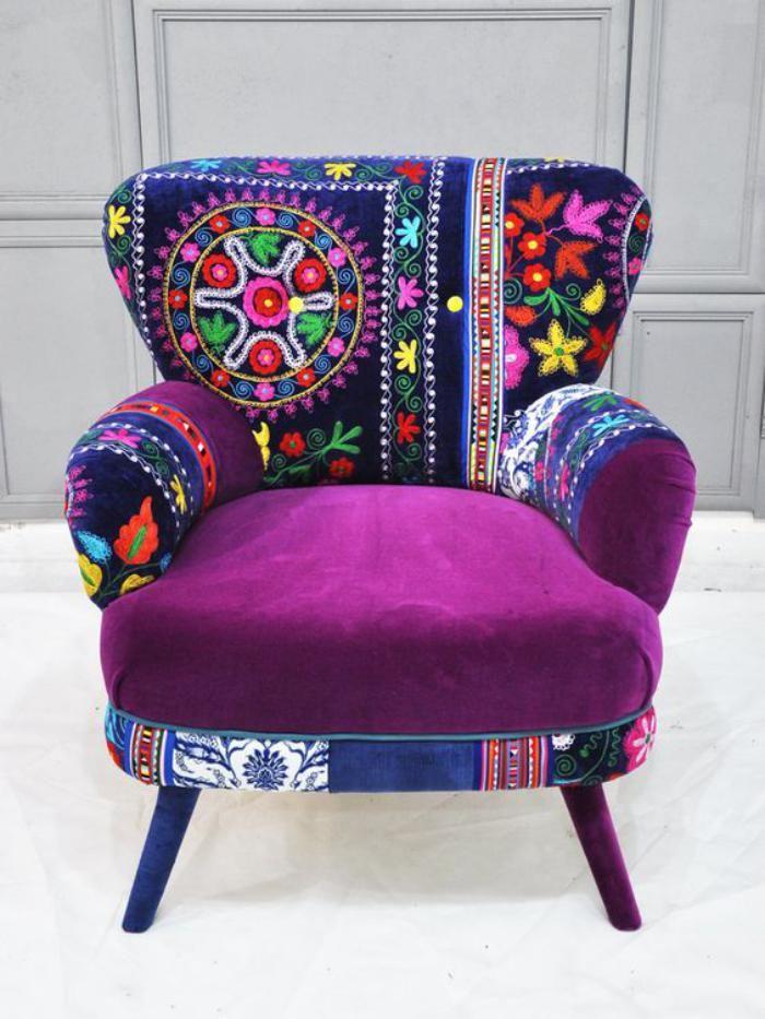 fauteuil patchwork, dossier bariolé et un siège pourpre