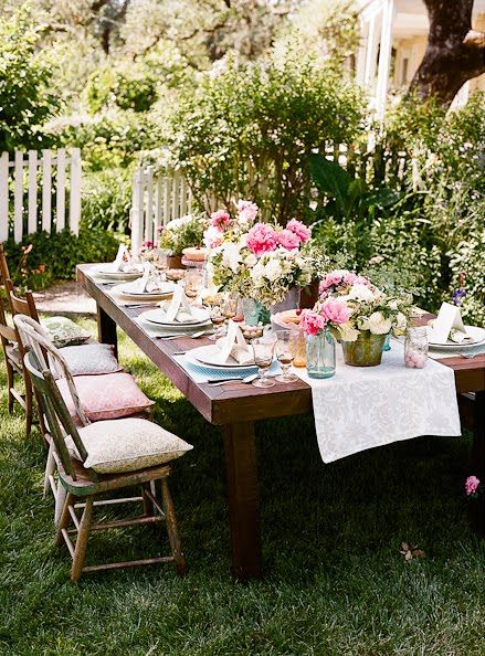 Throw pillows make great last minute seat cushions; full blooms cut short always impress: Outdoor Dining, Tables Sets, Tasti Recipes, Gardenparti, Outdoor Parties, Dinners Parties, Outdoor Gardens, Gardens Parties, Teas Parties