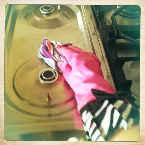 De oven en het fornuis schoonmaken doe je zo|Schoonmaakexpert| Telegraaf.nl
