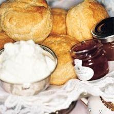 Njut av doften av nybakade scones till frukost! Dessa scones tar inte lång tid att baka och smakar underbart. Här hittar du receptet, smaklig måltid!