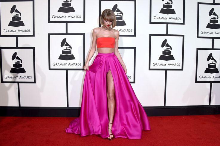 Taylor Swift, dans un ensemble Versace, sur le tapis rouge des Grammy Awards 2016