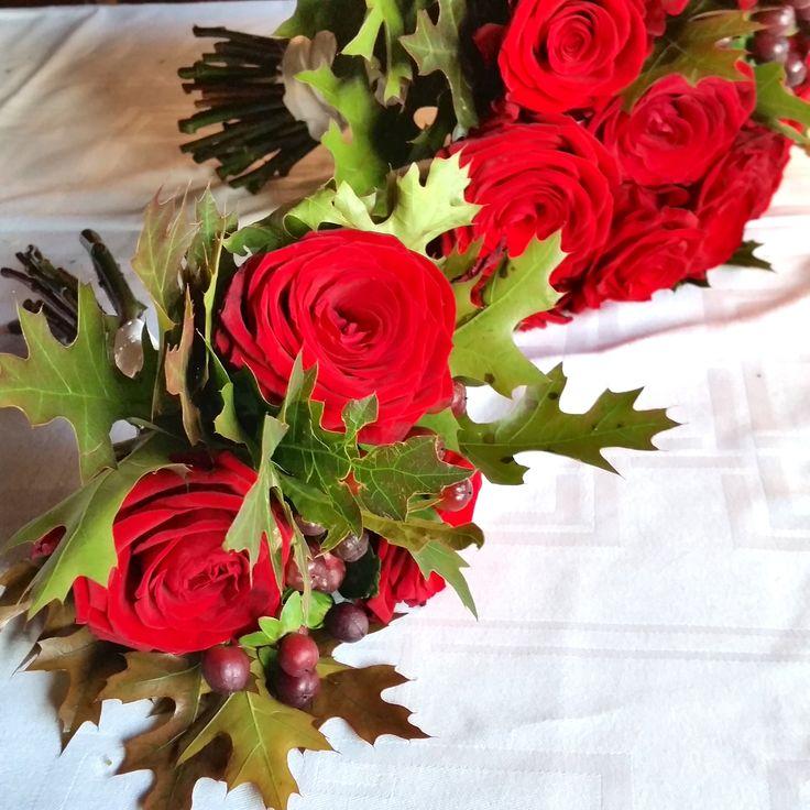 Tärnbukett med röda rosor och höstlöv #tärnbukett #bröllopsblommor #rosor #weddingflowers #bridesmaid #roses #systerblom #höst #autumn #fallwedding