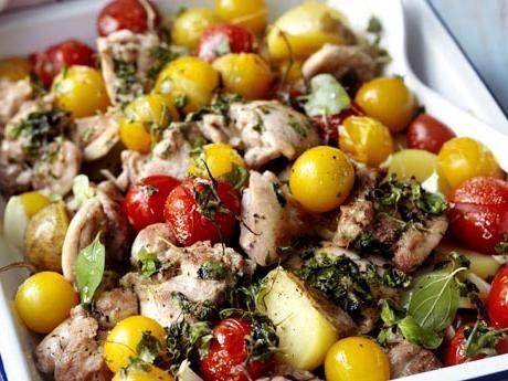 Kyckling med färskpotatis och tomat i ugn Receptbild - Allt om Mat
