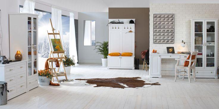 Parma, białe meble, niebanalny styl. Zestawienie wysokich szaf i witryn z niskimi komodami daje efekt różnorodności. Garderoba Parma pozwoli zaoszczędzić cenną przestrzeń, bo pełni rolę wieszaka, siedziska i skrzyni na buty.