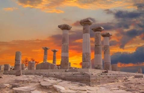 You owe it to yourself to spend some time here. To explore hellenic #culture and the natural beauty of the #GreekLandscape. To excavate 6,000 years of history – the rise and fall, and rise again, of a rich and celebrated culture. Discover more: http://bit.ly/2dxOszY
