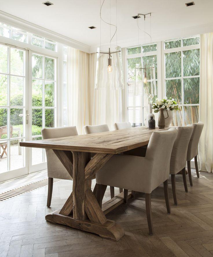 De robuuste houten tafel geeft het interieur een stoere uitstraling | Nano Interieur