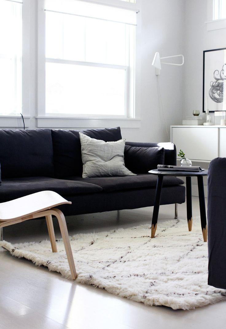 Byt ve skandinávském stylu a černobílé barevnosti, stolek Hoof Lounge Table od &tradition, by Jennifer Hagler, A Merry Mishap