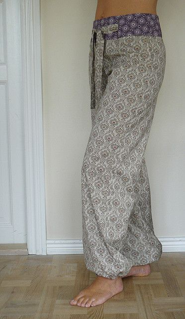 beautiful hang out pants sewn by naztrida- Picture shared on  her flicker page then see instructions. Pretty!