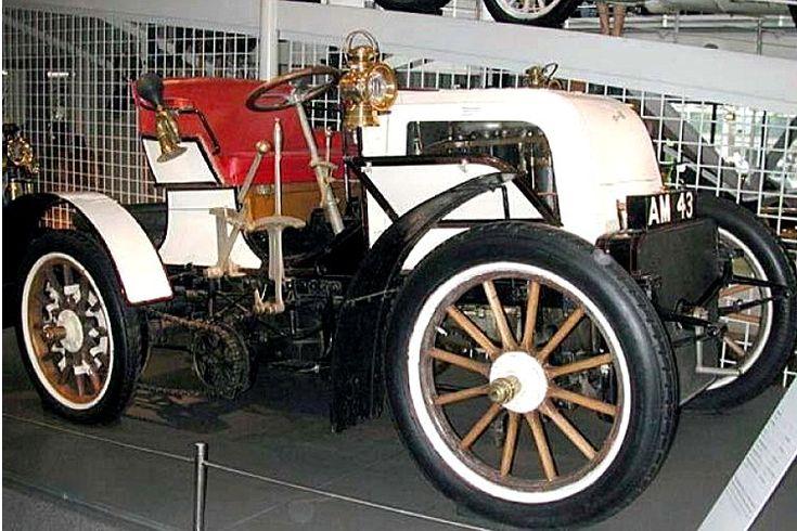 La Daimler Phoenix Race, cette ancienne voiture de course fut construite de 1899 à 1902, moteur 4 cyl. 5,5L 28 Hp.