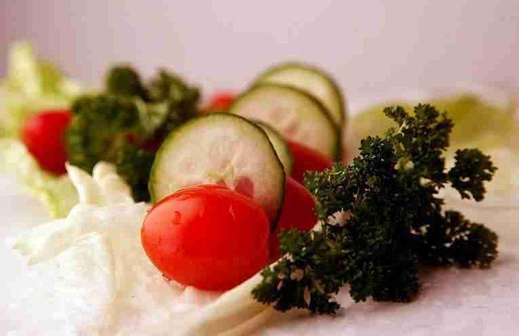 Салат из свежих помидоров и маринованных огурцов – непревзойденная закуска
