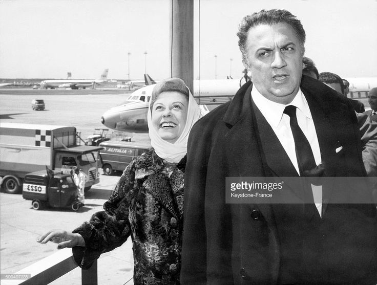 The film director Federico Fellini and his wife Giulietta Masina arriving at the Fiumicino airport from Hollywood where his movie '8½' received the Oscar ...