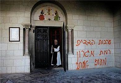 Extremistas judíos escriben frases insultantes en la puerta de un monasterio franciscano en Jerusalén