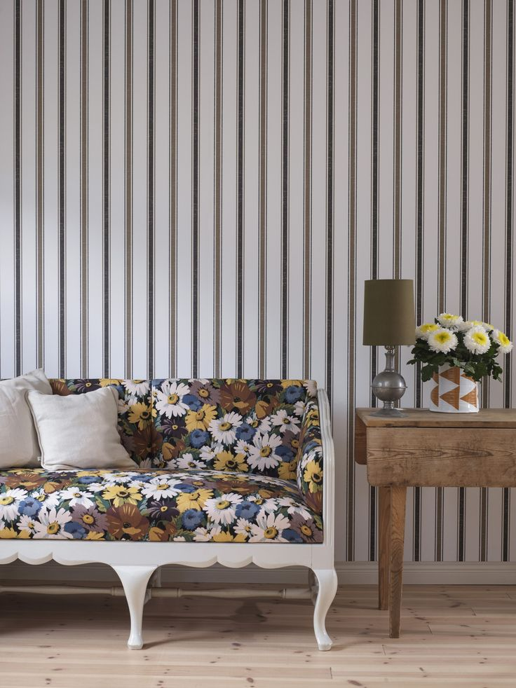Sandbergin Rigmor -raitatapetti on hienostunut valinta ja sopii kauniilla tavalla uuden ja vanhan tyylin yhdistämiseen. - Sanberg Rigmor, striped wallpaper is a sophisticated choice and fits perfectly when blending old and new style.