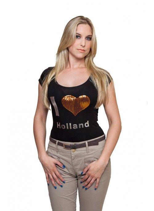 I Love Holland Dit zwarte I Love Holland t-shirt is een mooie toevoeging aan je outfit. Steel subtiel de show met het hart in glimmende oranje pailletten.  Het verder eenvoudige t-shirt met diep uitgesnede ronde hals is nauw vallend, heeft een kort mouwtje en is van een soepele, zachte kwaliteit die zorgt voor comfort en een aangename pasvorm.