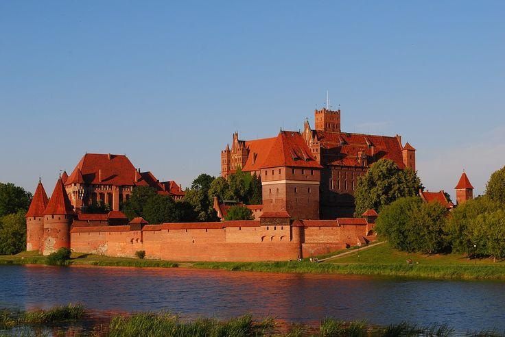 Mała miejscowość w województwie pomorskim może pochwalić się ogromną twierdzą warowno – obronną zakonu krzyżackiego.