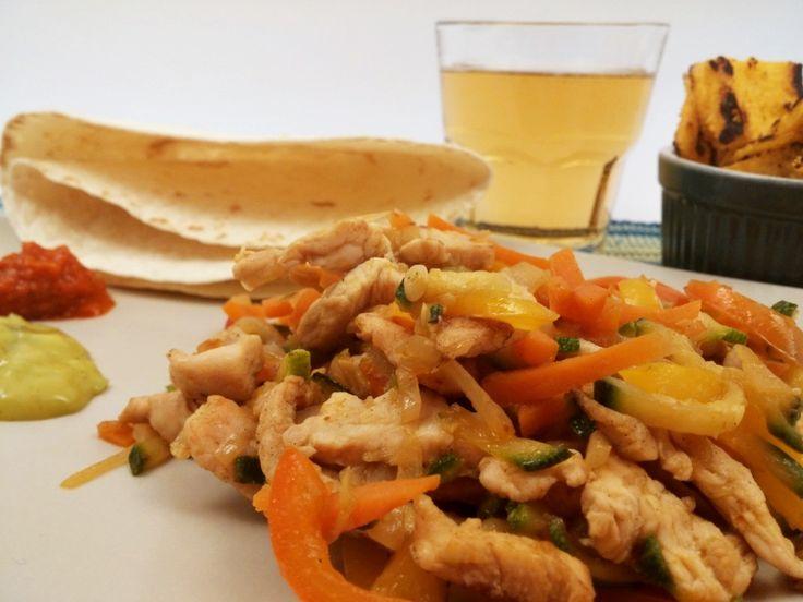 Fajitas di pollo con zucchine e carote