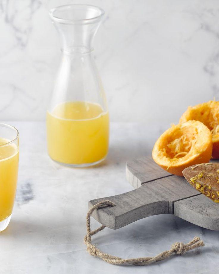 Deze appelsienlimonade is verrassend lekker! Met honing en rozemarijn is deze limonade lekker zoet met een kruidige toets. Ideaal voor een warme zomeravond.