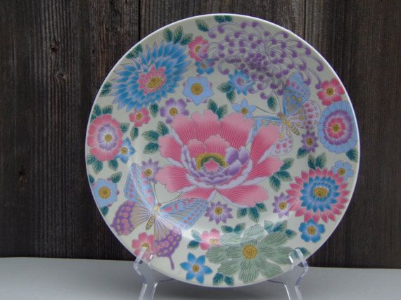 Japanese Porcelain Enamel Famille Rose Plate Signed. It appears to be early 20th century. Beautiful hand made and hand painted. Butterflies and flowers Enamel plate. Gorgeous colors and highly decorative. Very Rare. In Perfect Condition whit no chips, cracks, hairlines or restorations.  26cm in diameter. It is not only Good to collect this is for connoisseurs.   Your purchase will be shipped within 1-3 business days, we use Royal Mail, register mail with a tracking number. Each item will be…