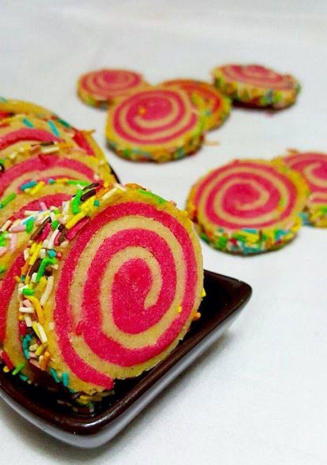 Amusez-vous avec des vermicelles, des perles de sucre ou toute déco pâtissière colorée, pour donner à ces biscuits spirales un air de fête ! /// #aufeminin #biscuit #petitgateau #sabléspirale #biscuitssablés #swirlcookie
