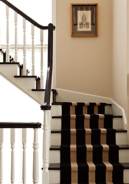 Chemin d'escalier noir et blanc. Rayures.