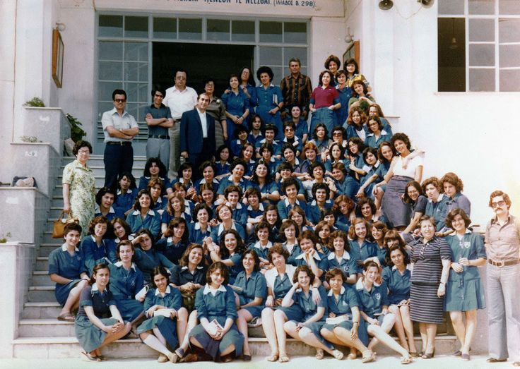 Σαν σήμερα, καταργείται το 1982 η σχολική ποδιά.   ΣΑΝ ΣΗΜΕΡΑ   PLUS   Θέματα   LiFO