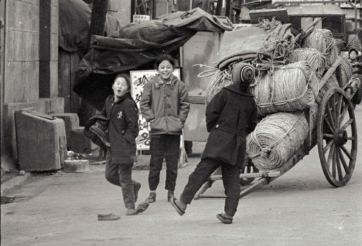 Kids, Seoul, late 1965 | Photo by Stephen Dreher.