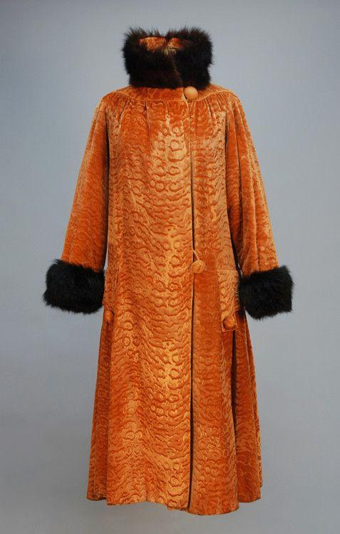 Orangefarbener Samtmantel mit Pelzbesatz, geschnitten, um 1920 (sieht aus wie etwas, das ich entworfen habe)   – Twenties coats and dresses
