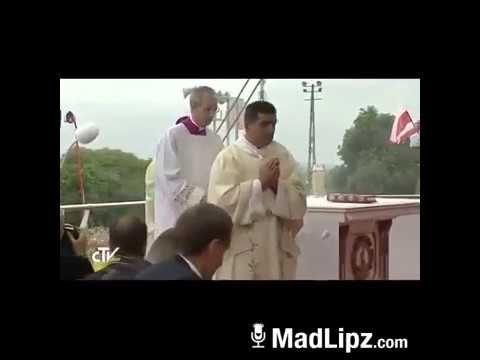 Papa Francesco cade, inciampa e bestemmia in napoletano ''potente doppia...