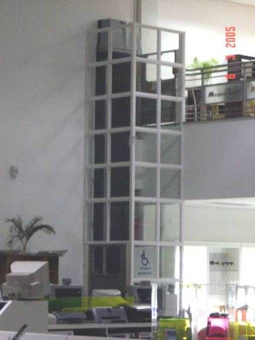 Plataforma acessibilidade MONTELE. Sempre que o percurso for superior a 2 metros, é obrigatório o enclausuramento. Este pode ser de alvenaria ou panorâmica, em estrutura de aço tubular e revestida com vidro laminado.