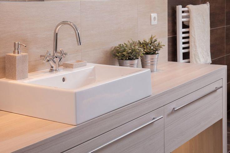 Используйте место в ванной комнате эффективно 👌 Помимо традиционных умывальников с креплением к стене и декоративным постаментом, существуют умывальники со шкафчиком и накладные раковины, которые устанавливаются на столешнице.💦 Снизу под ними остается много места для чистящих средств и прочих вещей. Такой вариант не только красив, но и практичен. #сантехника #дизайн #ванна #дизайнванной #ваннаякомната