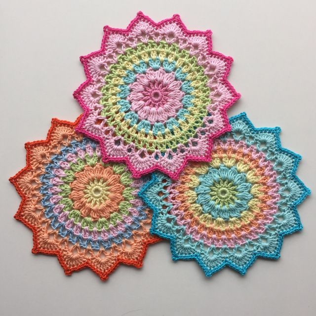 Kijk wat ik gevonden heb op Freubelweb.nl: een gratis haakpatroon van Crochet Millan om deze mooie mandala te maken https://www.freubelweb.nl/freubel-zelf/gratis-haakpatroon-mandala/