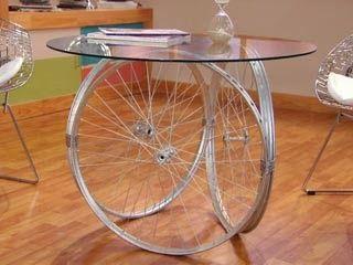 Aquí les presento diversos tipos de mesas, cuya base es nada más y nada menos que algunas partes de bicicleta, e incluso, la bicicleta ente...