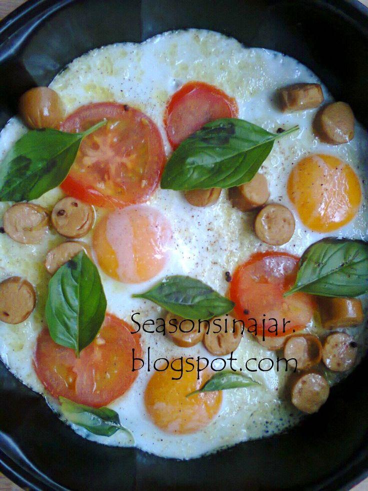 Seasons in a jar: Αυγά με λουκάνικα σε ταψάκι