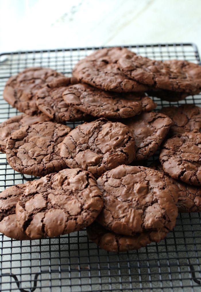 Bakelyst.no: Oppskrift på deilige brownies-kjeks med sjokoladebiter.