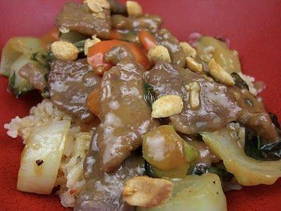 NOME: Bistecche Ai Pinoli PIATTO: Carne INGREDIENTE PRINCIPALE: Manzo PERSONE: 4 CALORIE PER PERSONA: 534 NOTE: - INGREDIENTI: 4 ==== Bistecche Di Manzo 2 ==== Cipolle 1 Cucchiaio ==== Pinoli 70 G ==== Burro Poco ==== Brodo 1/2 Cucchiaino ==== Curry ==== Olio D'oliva 2 Cucchiai ==== Latte ==== Sale ==== Pepe  PREPARAZIONE Bistecche Ai Pinoli : Soffriggere le cipolle tagliate ad anelli sottili nel burro. Stemperare il curry in 2 cucchiai di