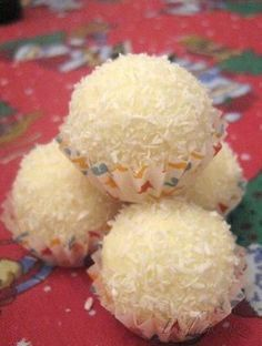 POTŘEBNÉ PŘÍSADY  4 bílé Delissy 100g másla oloupané a spařené mandle kokos na zahušťení sušené mléko  je i možno udělat obměnu-místo bílé Dellisy můžeme použít griliášové vlnky taky super  POSTUP PŘÍPRAVY  Delissy nasekáme/pomeleme, promícháme s měkkým máslem a dle potřeby zahustíme sušeným mlékem.