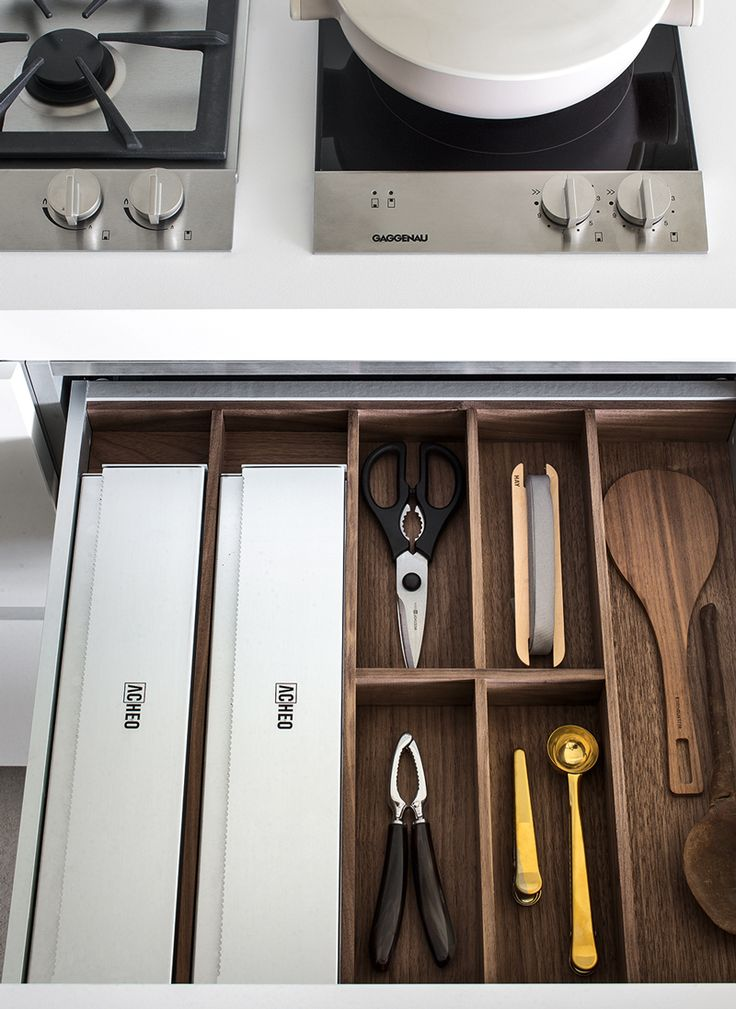 Sistema 0X — Drawer with aluminium sides and soft closing full extraction runners. Cutlery equipment in massive walnut wood.
