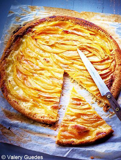 Recette Tarte fine aux mangues  : Piquez la pâte feuilletée avec une fourchette de manière très rapprochée. Épluchez les mangues, coupez-les en deux et en...