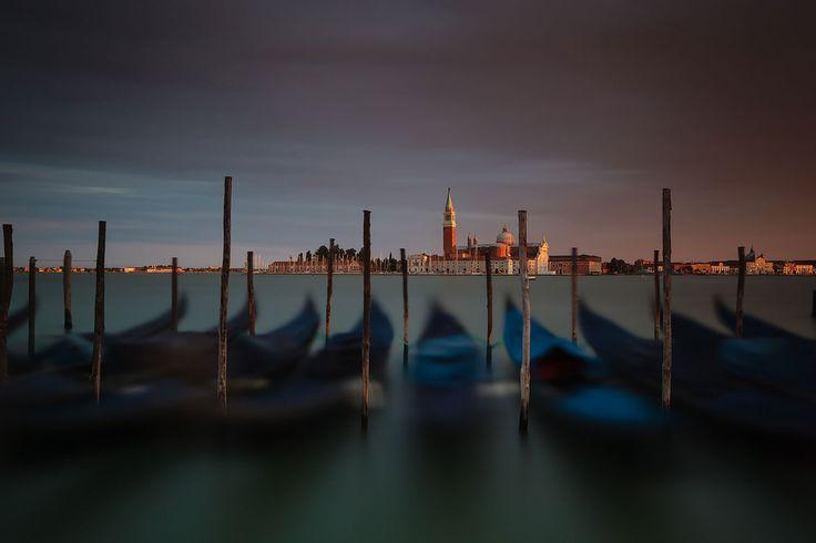 Италия, Венеция. В Венецию мечтал попасть давно, город притягивал своей историей, старыми зданиями, бесконечными переплетениями каналов и лабиринтов улиц. Шумный и людный днем, тихий вечером и безлюдный ранним утром. Одно из любимых мест в городе - площадь Сан-Марко, я приходил туда почти каждый день в любое время суток, встречал восходы и сгущавшиеся синие сумерки, наблюдал розовеющие фонари на рассвете, дышал морским туманом и слушал ветер тишины.  #longexposure_shots #longexposure…