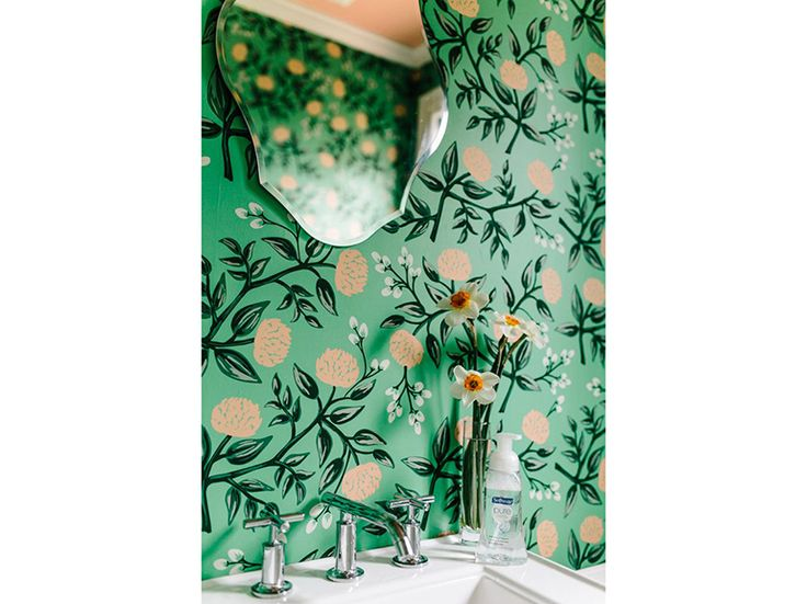 11.carta-da-parati-in-bagno-rivestimento-a-parete-fantasia-floreale-fondo-verde