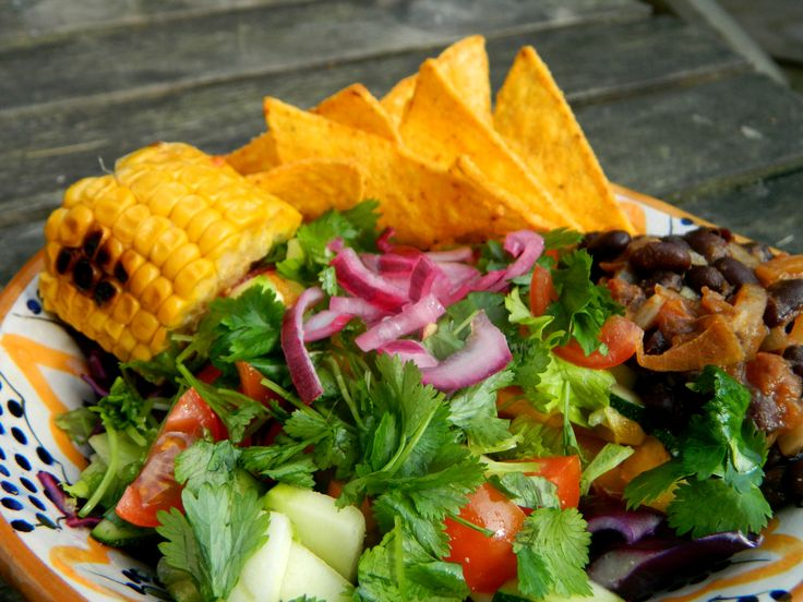Selinas Ekologiska Meze. Some delicious Taco Salad with black beans, cilantro, pickled red onions & grilled corn