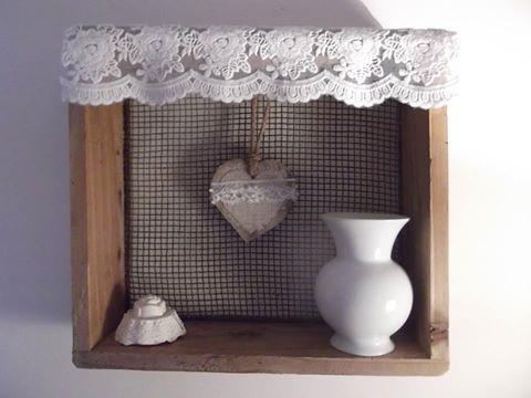 La Douce Parenthèse en Bretagne : ancien tamis transformé en petite étagère. Lessivé et laissé dans son jus, garni d'une belle dentelle et d'un coeur en bois également décoré d'une dentelle perlée.
