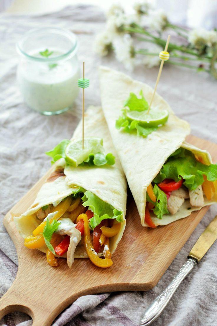 Le Fajitas sono un piatto di origine messicana, una pietanza famosissima ormai in tutto il mondo. Sono delle semplici Tortillas che possono essere preparate con diversi tipi di farine (grano, mais) ripiene di bocconcini di carne accompagnati da verdure, cipolla oppure fagioli neri, il tutto condito …