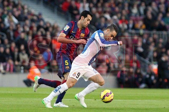 Sergio Busquets disputando el balón | Barça, 5 - Espanyol, 1