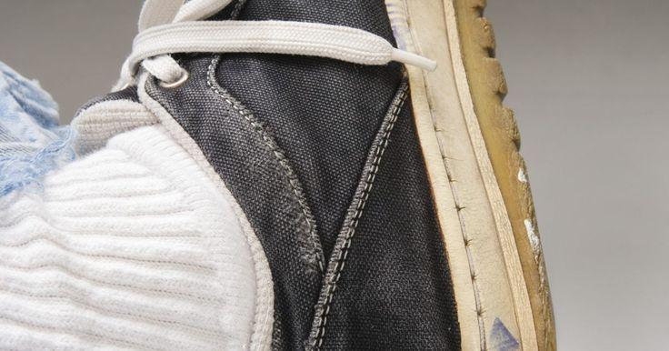 Ideias de como reutilizar roupas e tecidos velhos. Reciclar roupas velhas e transformá-las em peças novas não é apenas uma atitude ecologicamente sustentável, como também uma maneira de criar um visual personalizado. Trata-se também de uma forma com um baixo custo/benefício para evitar jogar fora uma roupa que veste bem. São necessárias apenas algumas habilidades básicas de costura e artesanato ...