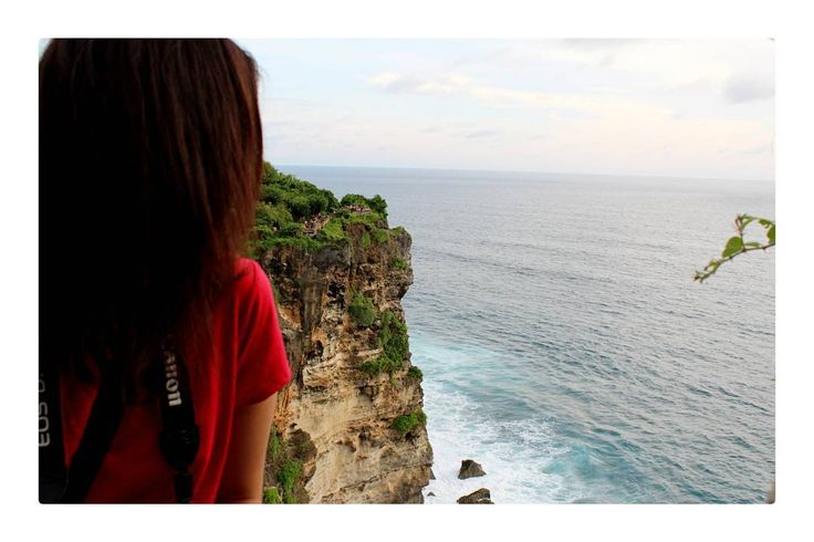 Mungkin akan lebih sempurna ketika berada di tempat ini dengan kamu, iya kamu, berdua melihat matahari terbenam dengan indahnya sebagai sepasang penikmat senja�� Aaahhh..ngomong apaan sih din, laper bikin baper?? ���� . . . . . . . #instagram #dinytravelbook #sea #memories #of #bali #photography #mytravelgram #canon #teamcanon #exploreuluwatu #explorebali #pesonaindonesia http://tipsrazzi.com/ipost/1523919886023437910/?code=BUmDQ_wlK5W