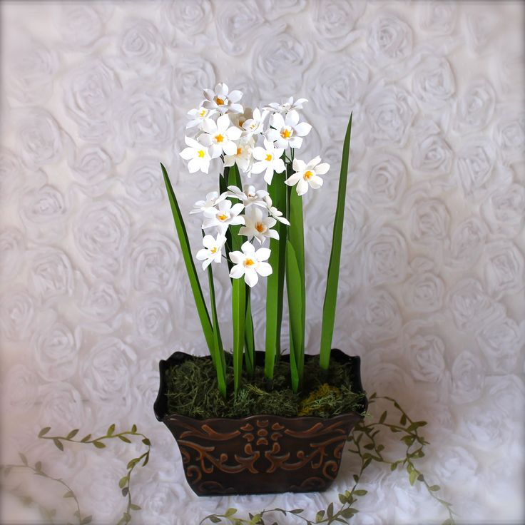 --> PAPERWHITE flowers <-- - Pronounced: PAY-per-whyte - Season: late Fall/early Winter - Symbolizes: Self Esteem and Respect ---> photo and paper flowers by Paper & Peony #paperwhite #narcissus #paperflowers #bulbflowers #paperandpeony